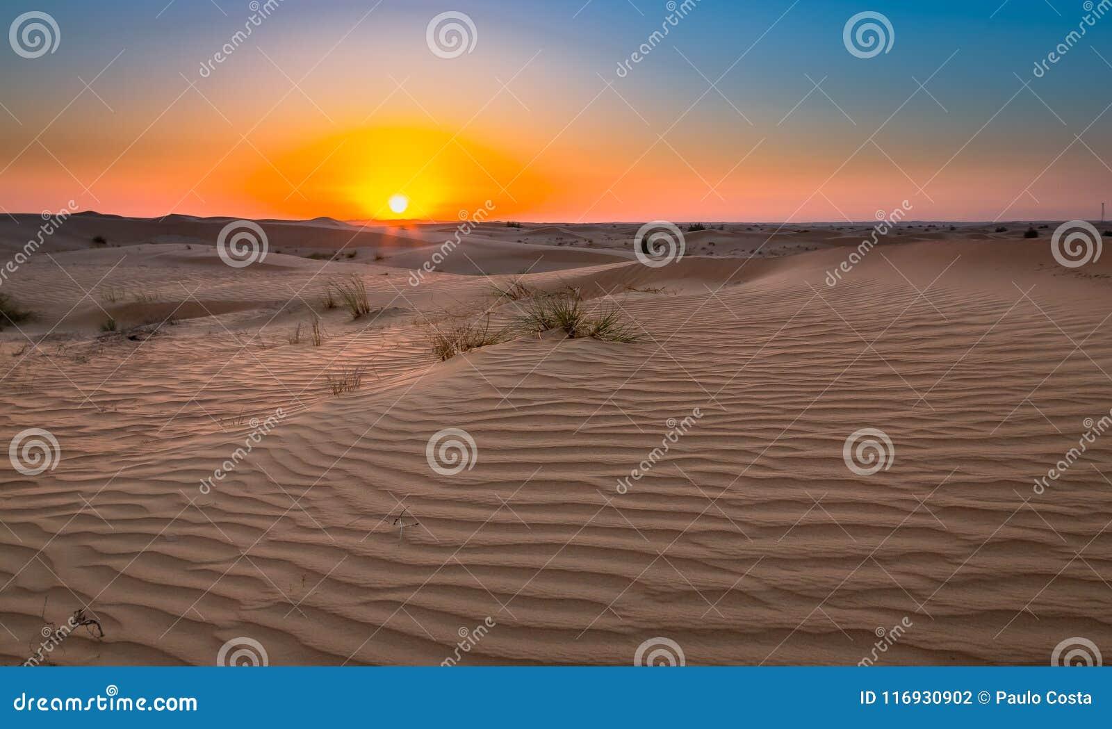 Έκθεση ηλιοβασιλέματος ερήμων κοντά στο Ντουμπάι, Ηνωμένα Αραβικά Εμιράτα