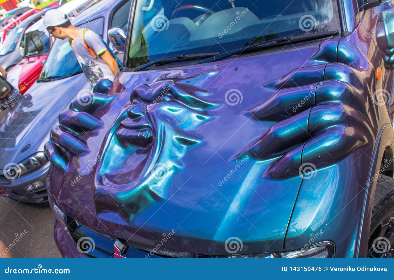 Έκθεση των αυτοκινήτων το καλοκαίρι στα αναδρομικά αυτοκίνητα komsomolsk--Amur και τα συντονισμένα αυτοκίνητα