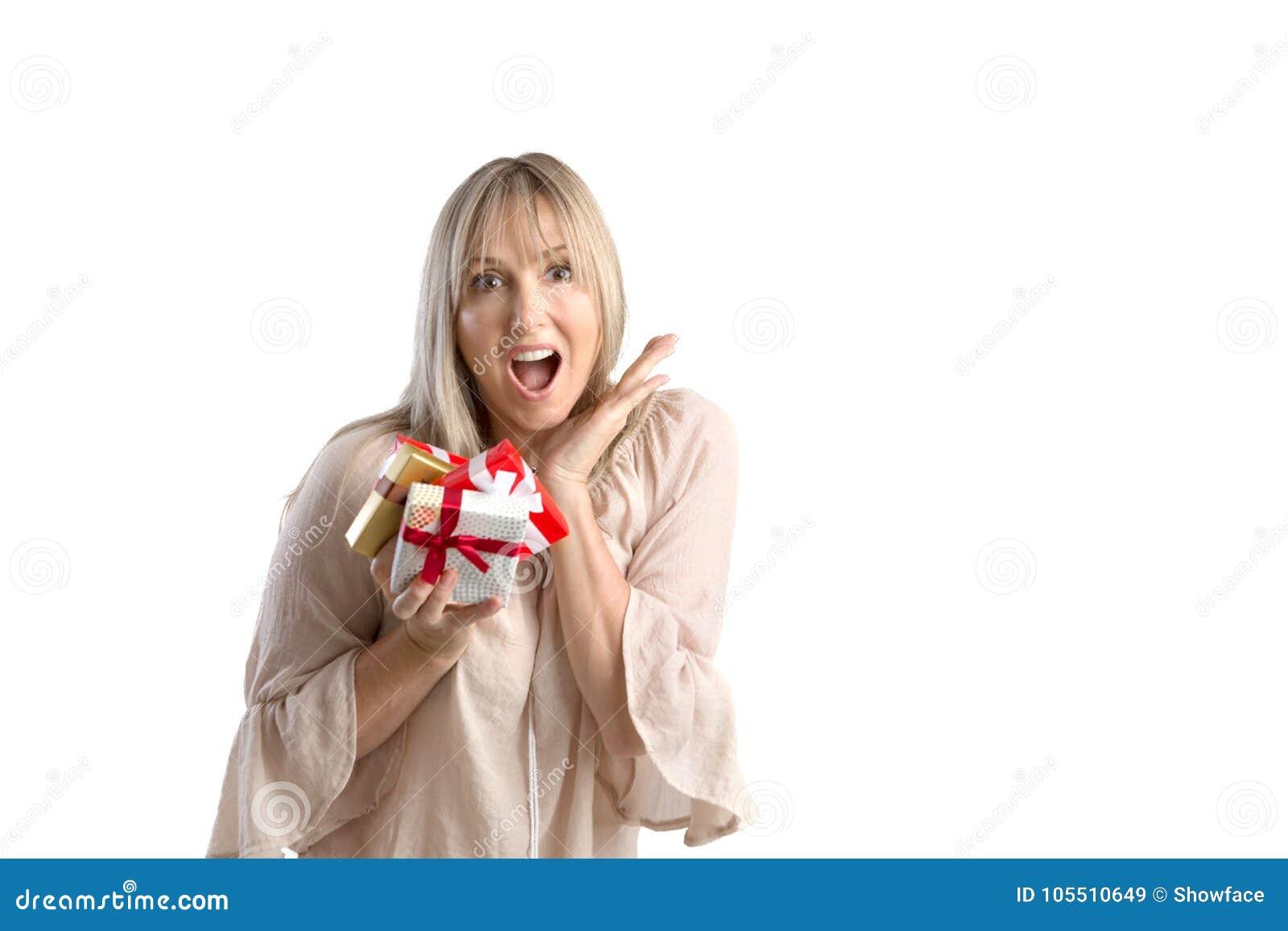 Έκπληκτα τυλιγμένα εκμετάλλευση δώρα γυναικών στο άσπρο υπόβαθρο