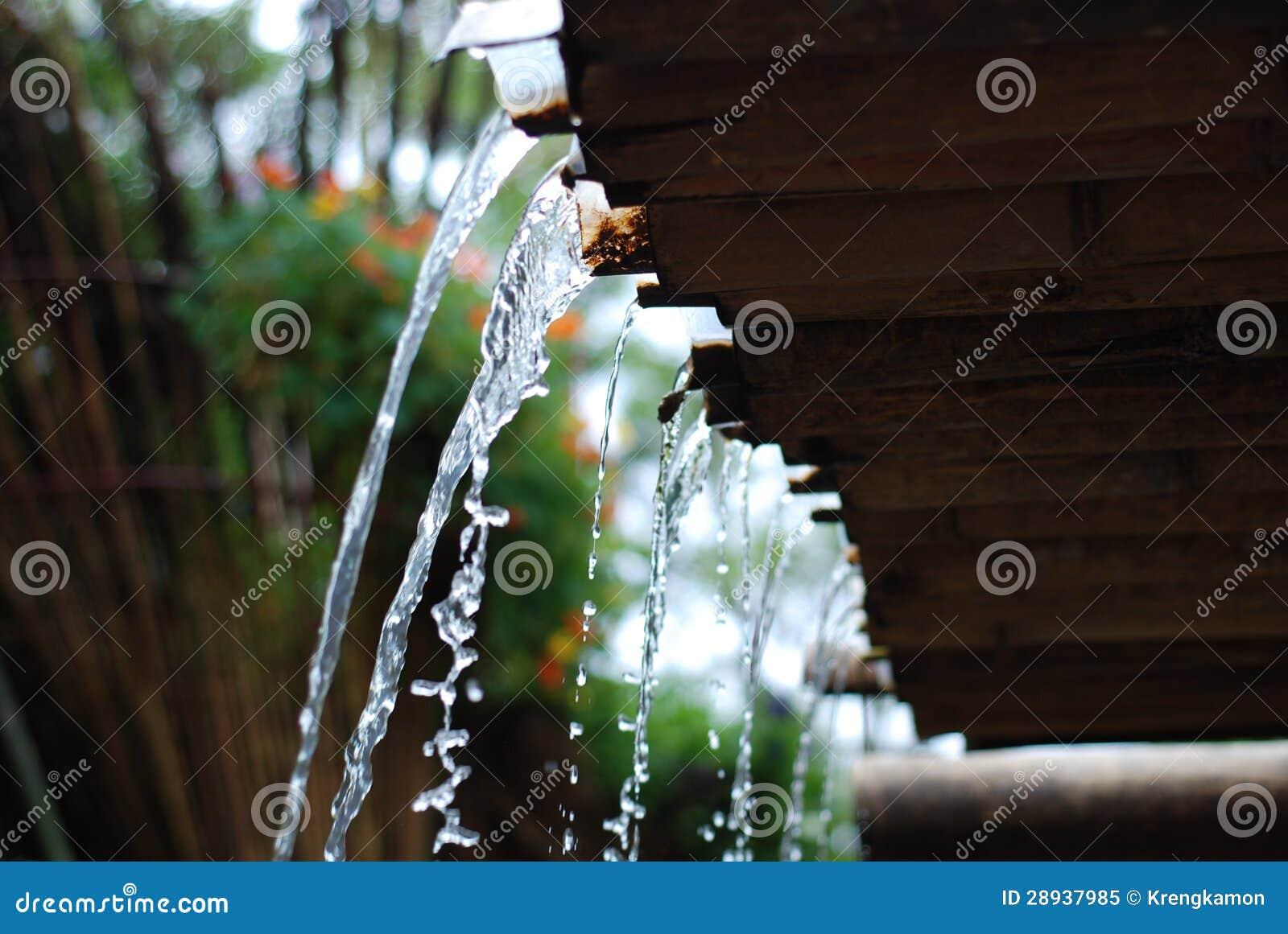 Έκχυση νερού από τη στέγη μπαμπού