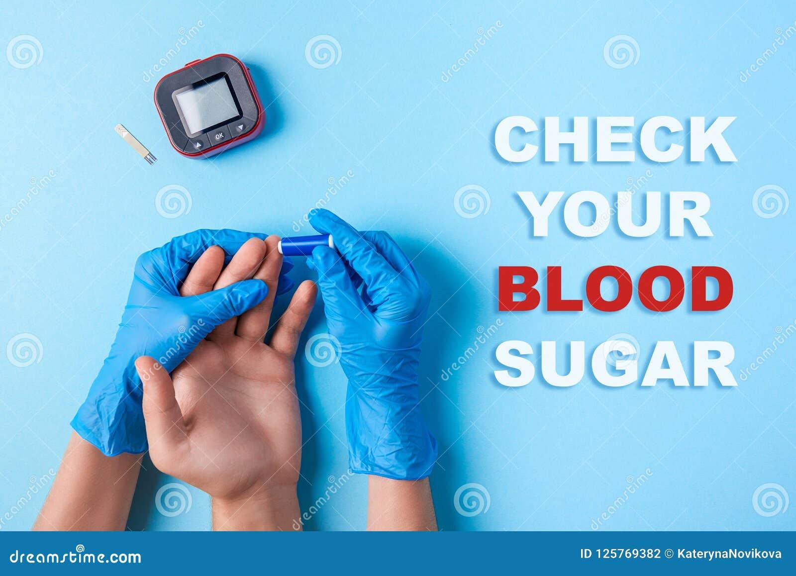 Έλεγχος επιγραφής η ζάχαρη αίματός σας, νοσοκόμα που κάνει μια εξέταση αίματος με το νυστέρι Χέρι ατόμων ` s, κόκκινοι πτώση αίμα