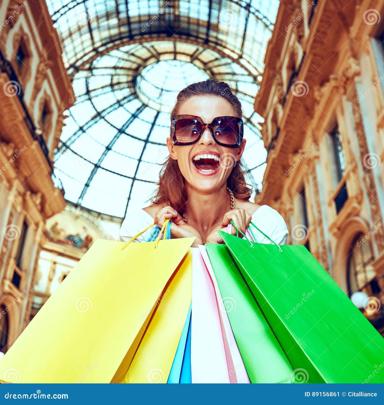 Έμπορος μόδας με τις τσάντες αγορών σε Galleria Vittorio Emanuele
