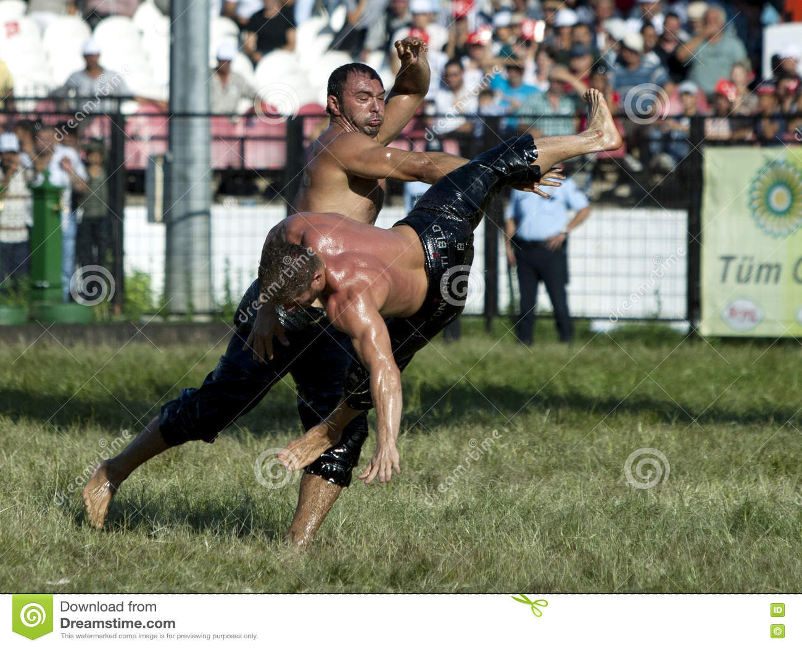 Ένας βαρέων βαρών παλαιστής πετιέται στον αέρα από τον αντίπαλό του στο τουρκικό φεστιβάλ πάλης πετρελαίου Kirkpinar στη Αδριανού