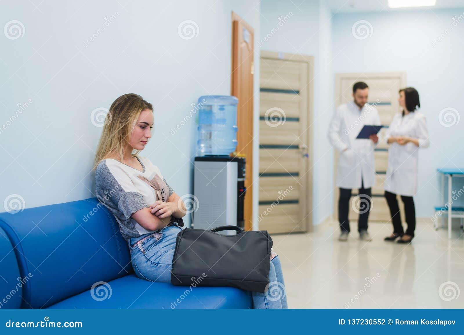 Ένας γιατρός και μια νοσοκόμα που συζητούν τη διάγνωση με τον ασθενή ή το συγγενή στο πάτωμα νοσοκομείων