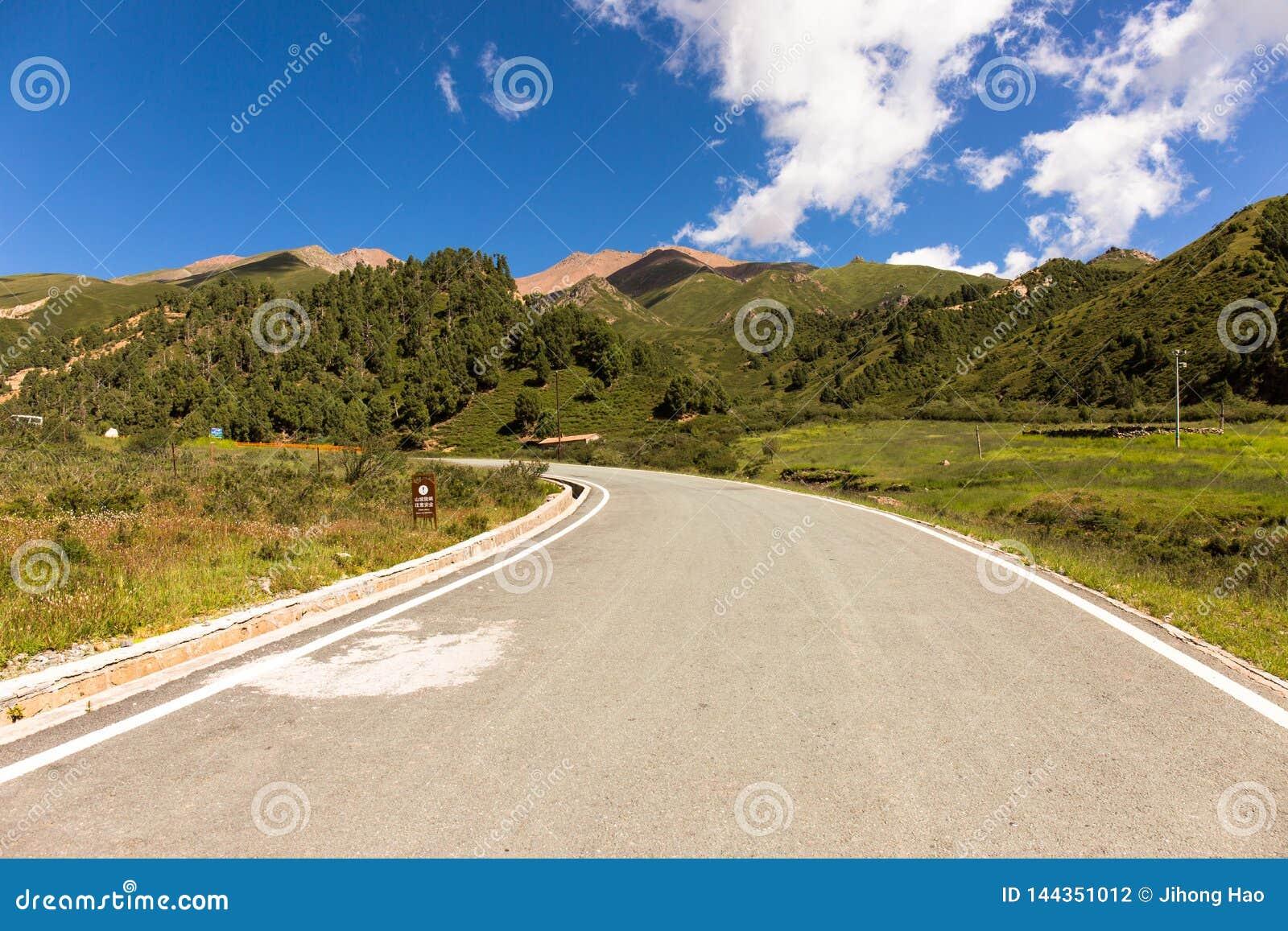 Ένας δρόμος στο γεωλογικό πάρκο Niuxinshan, Qilian, Qinghai
