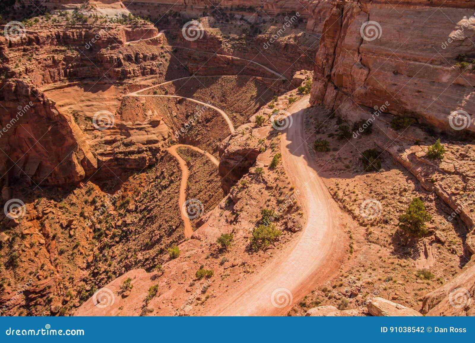Ένας επίβουλος δρόμος κατεβαίνει σε ένα φαράγγι ερήμων
