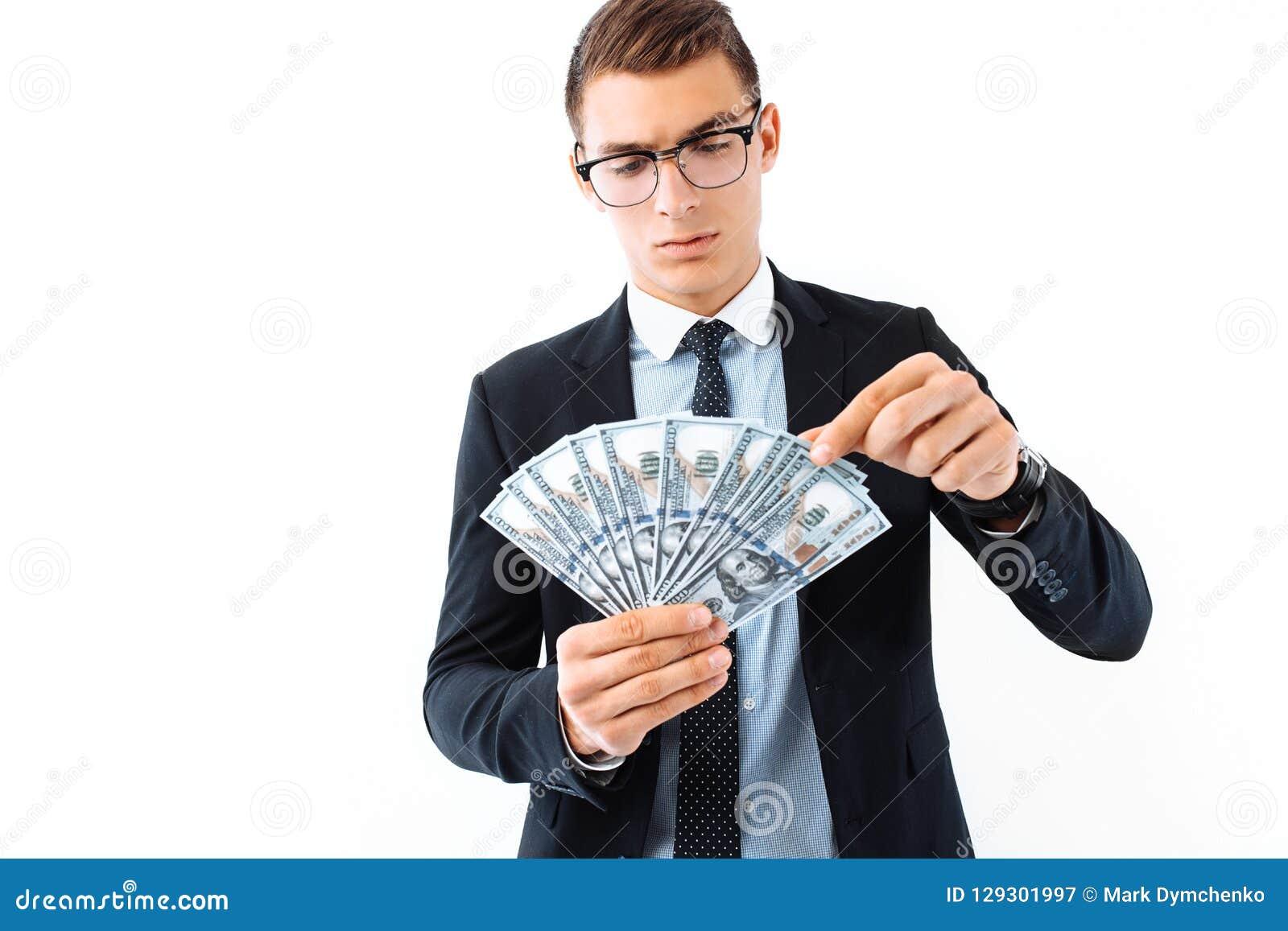 Ένας επιτυχής επιχειρηματίας στα γυαλιά και ένα κοστούμι, που κρατά το δολάριο β