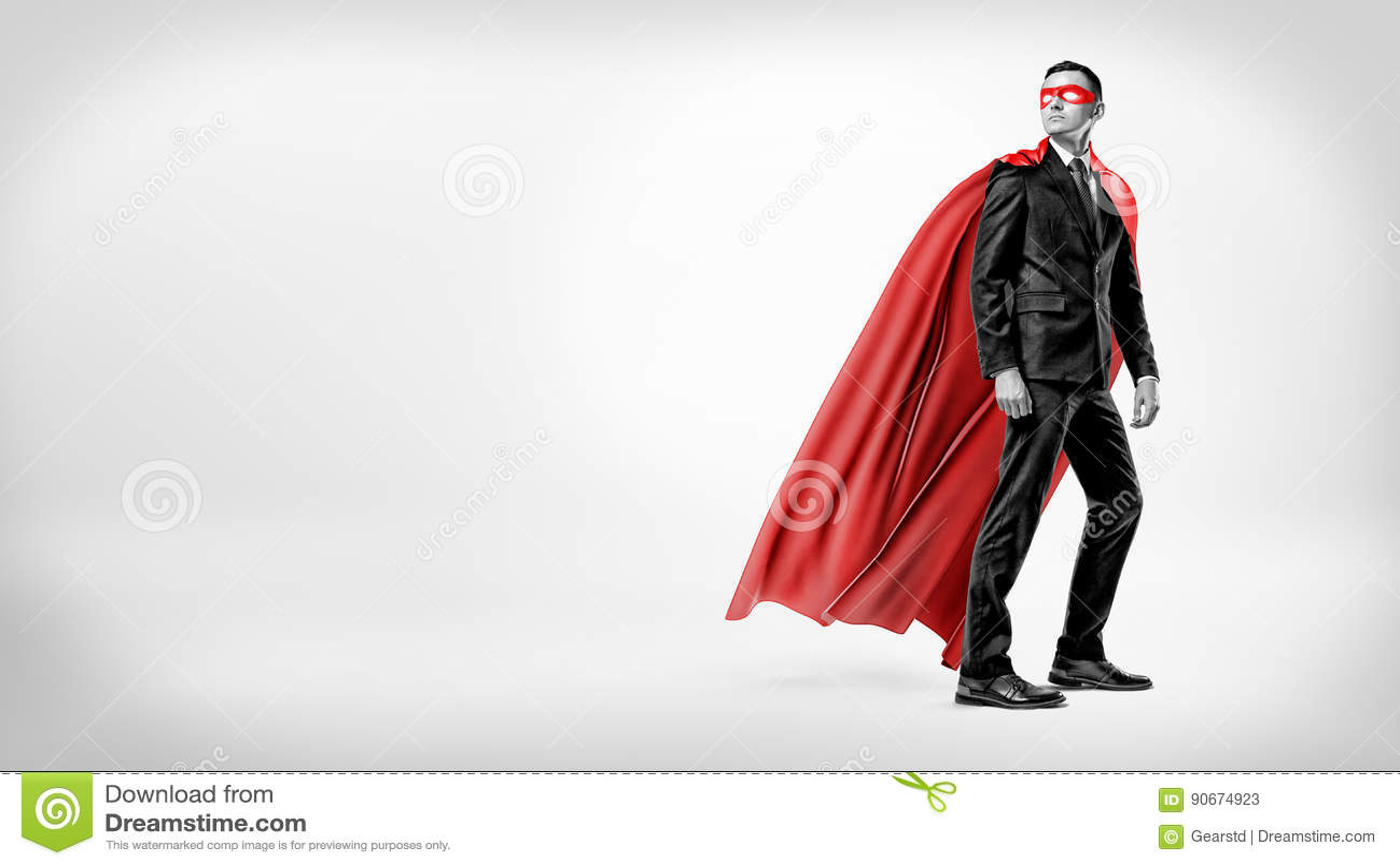 Ένας επιχειρηματίας σε ένα ρέοντας κόκκινο ακρωτήριο superhero και μια μάσκα που κοιτάζουν πέρα από τον ώμο του στο άσπρο υπόβαθρ