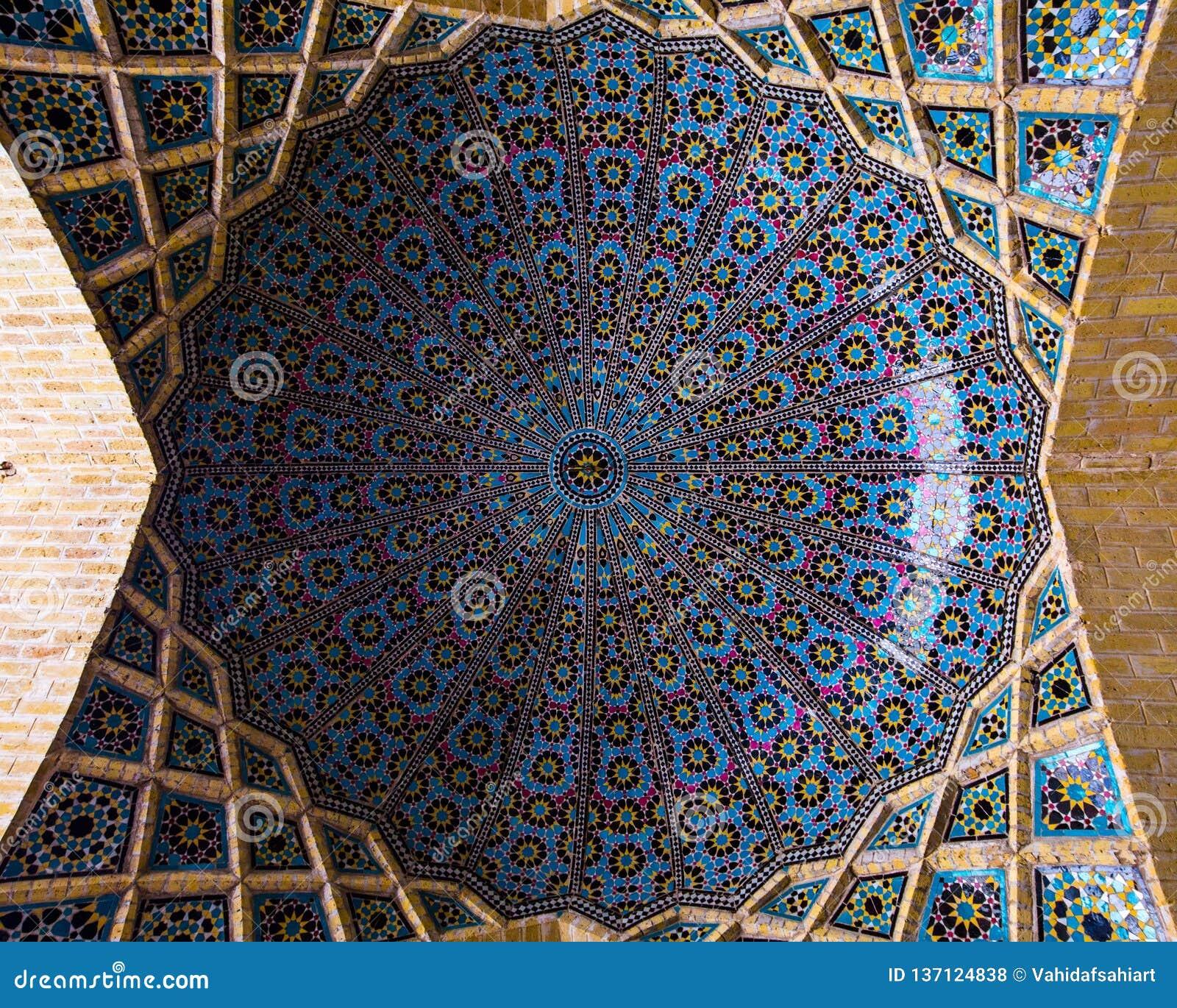 Ένας θόλος στο μουσουλμανικό τέμενος του Nasir Al-Mulk, Shiraz, Ιράν