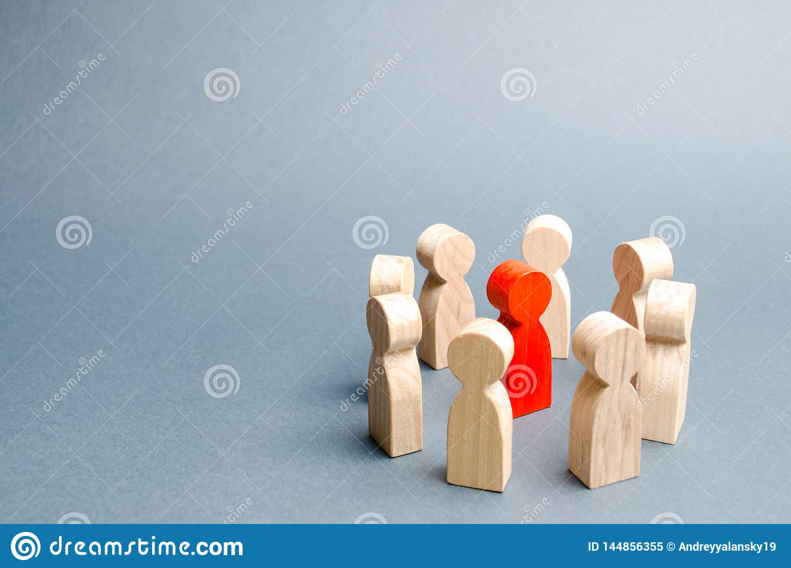 Ένας κύκλος των ανθρώπων περιβάλλει ένα κόκκινο πρόσωπο Επικοινωνία Επιχειρησιακή ομάδα, ομαδική εργασία, ομαδικό πνεύμα Ξύλινοι