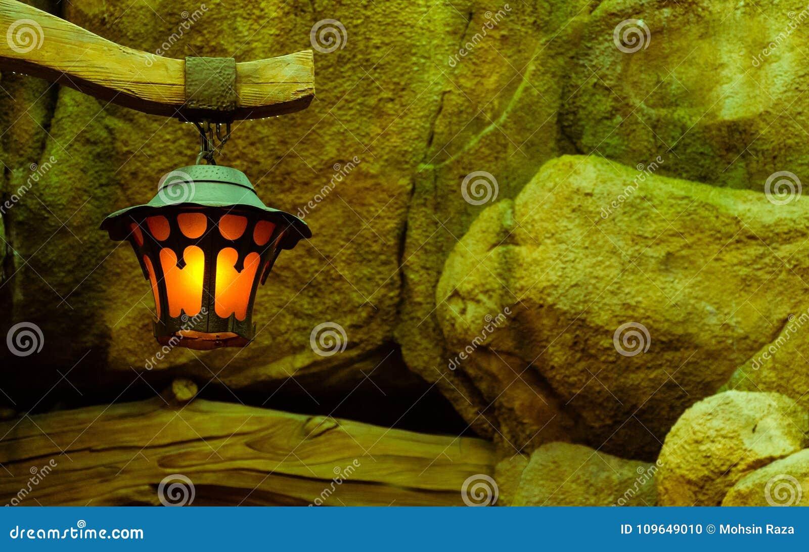 Ένας λαμπτήρας κατά μήκος των πετρών