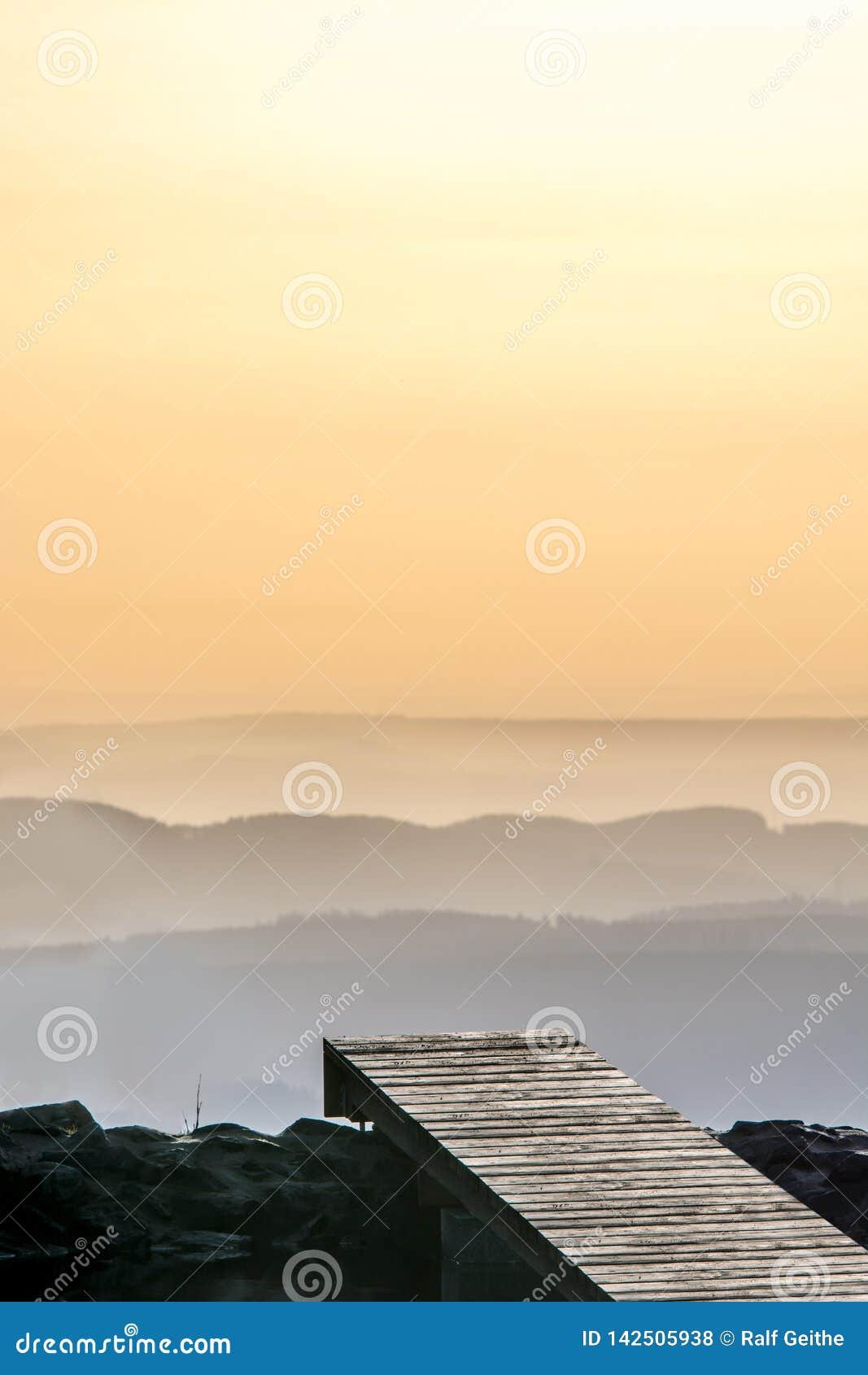 Ένας λιμενοβραχίονας που οδηγεί σε μια θάλασσα των σύννεφων