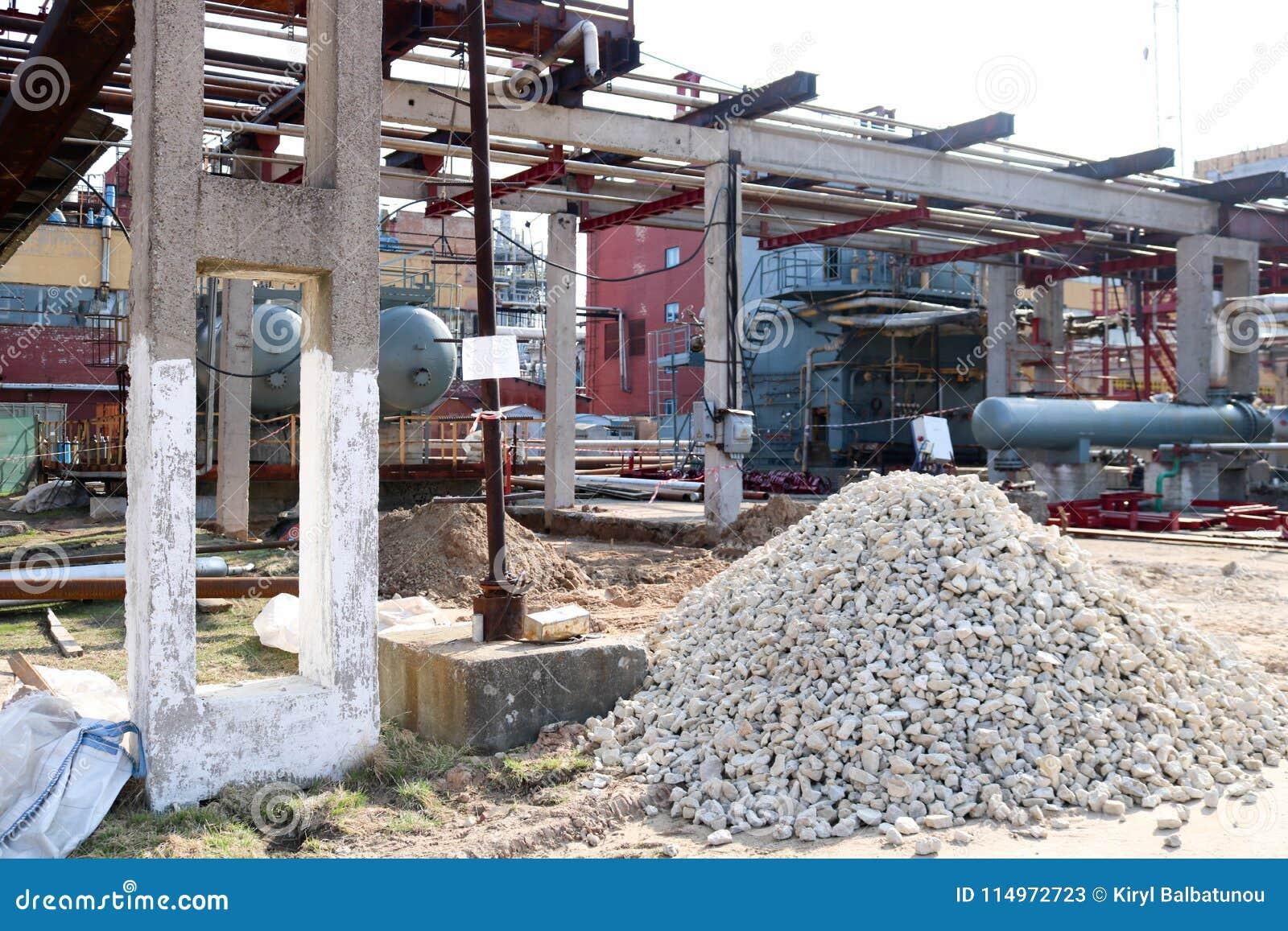 Ένας μεγάλος σωρός των ερειπίων, πέτρες στο εργοτάξιο οικοδομής για την κατασκευή ενός διυλιστηρίου πετρελαίου σε ένα διυλιστήριο