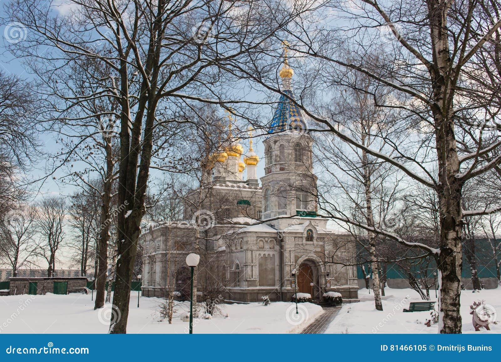 Ένας μεγάλος άσπρος ρωσικός καθεδρικός ναός εκκλησιών πετρών με τους χρυσούς θόλους
