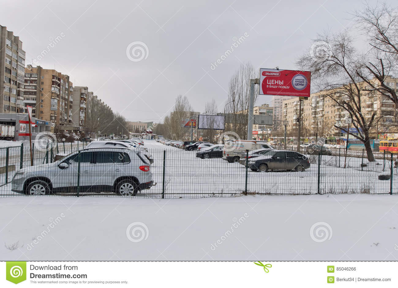 Ένας μικρός φρουρημένος χώρος στάθμευσης μεταξύ του δρόμου και κατοικημένος είναι