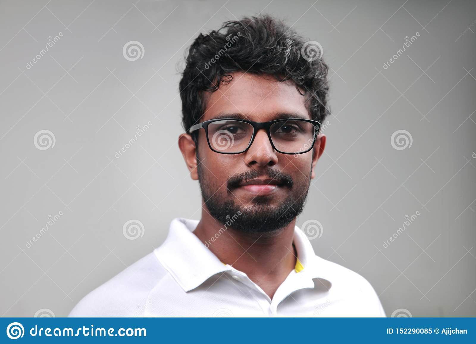 Ένας νεαρός άνδρας ινδικής προέλευσης
