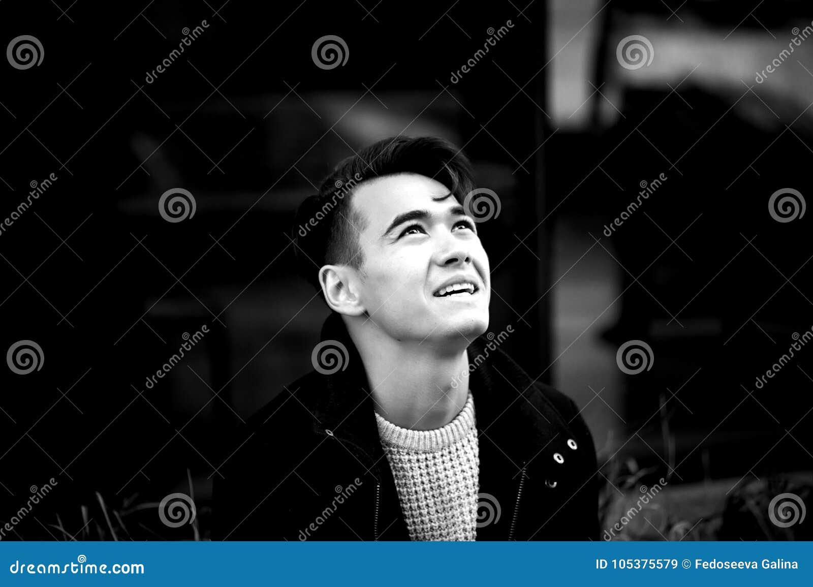 Ένας νεαρός άνδρας, λεπταίνει Με τη σκοτεινή τρίχα και τα καφετιά μάτια Πορτρέτο Το πρότυπο της ελκυστικής εμφάνισης Η έννοια των