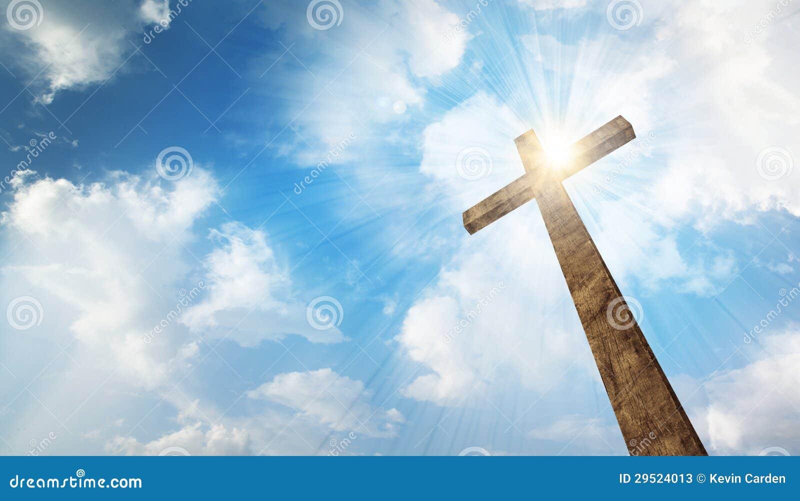 Ένας ξύλινος σταυρός με τον ουρανό
