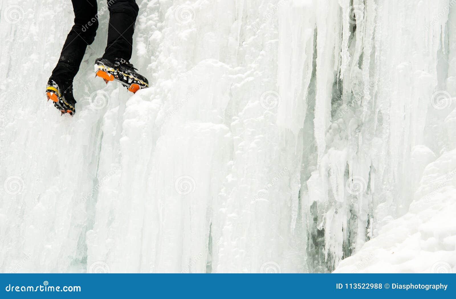 Ένας ορειβάτης πάγου σε έναν παγωμένο καταρράκτη