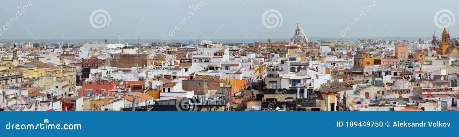 Ένας ουρανός Μαΐου άνοιξη πέρα από τις ισπανικές παλαιές πόλης στέγες της Σεβίλης