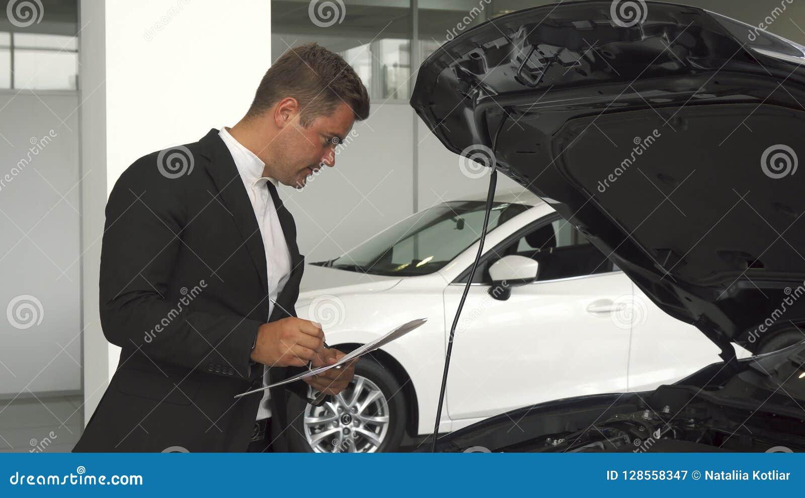 Ένας σοβαρός έμπορος αυτοκινήτων περιγράφει στα έγγραφα τις λεπτομέρειες του αυτοκινήτου