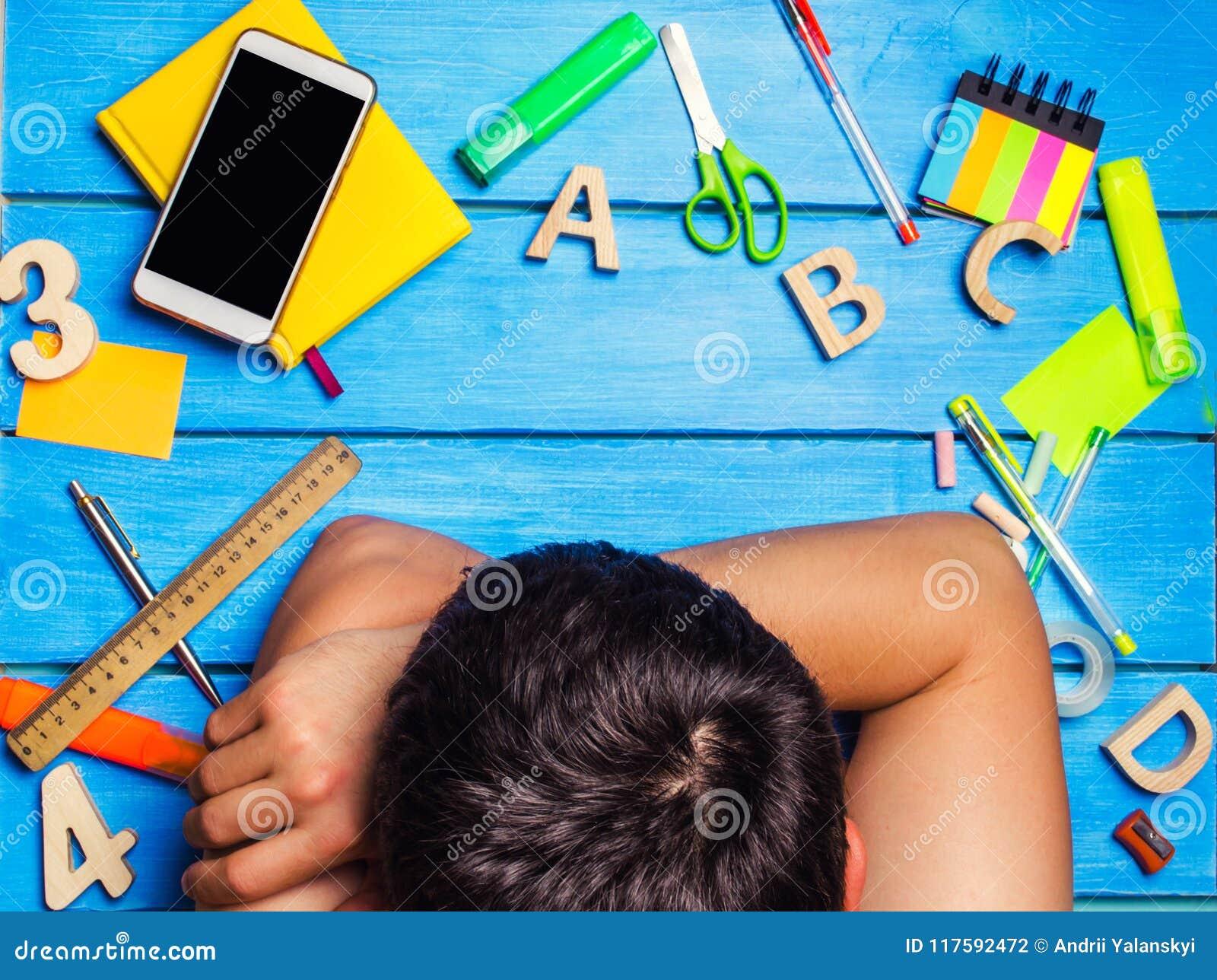 Ένας σπουδαστής είναι κοιμισμένος στον εργασιακό χώρο, ένας δημιουργικός βρωμίζει Ο σπουδαστής είναι οκνηρός και δεν θέλει να μάθ