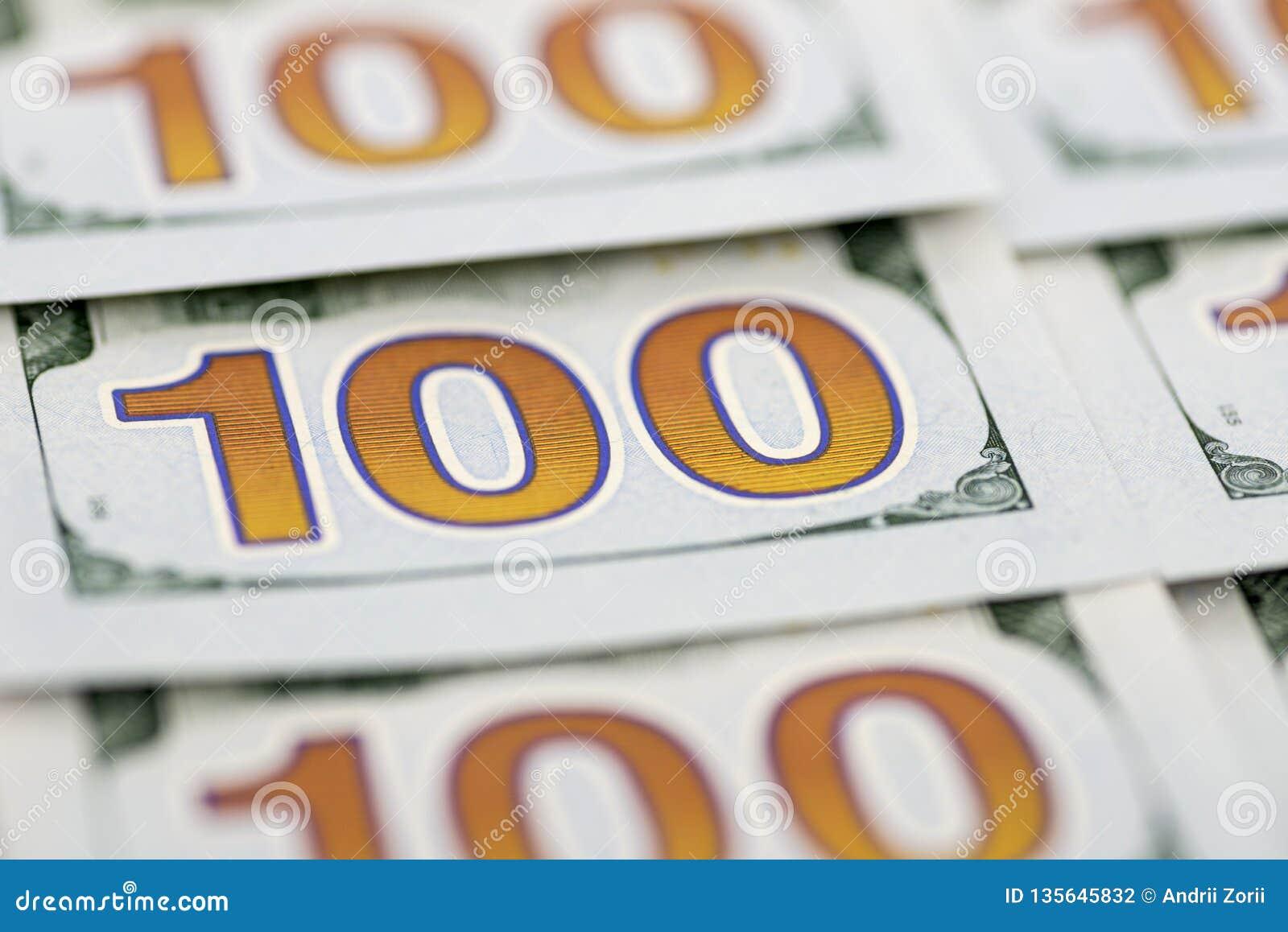 Ένας σωρός των λογαριασμών εκατό δολαρίων ως υπόβαθρο Ο σωρός του δολαρίου εκατό τιμολογεί το νέο σχέδιο Υπόβαθρο 100 νέων λογαρι