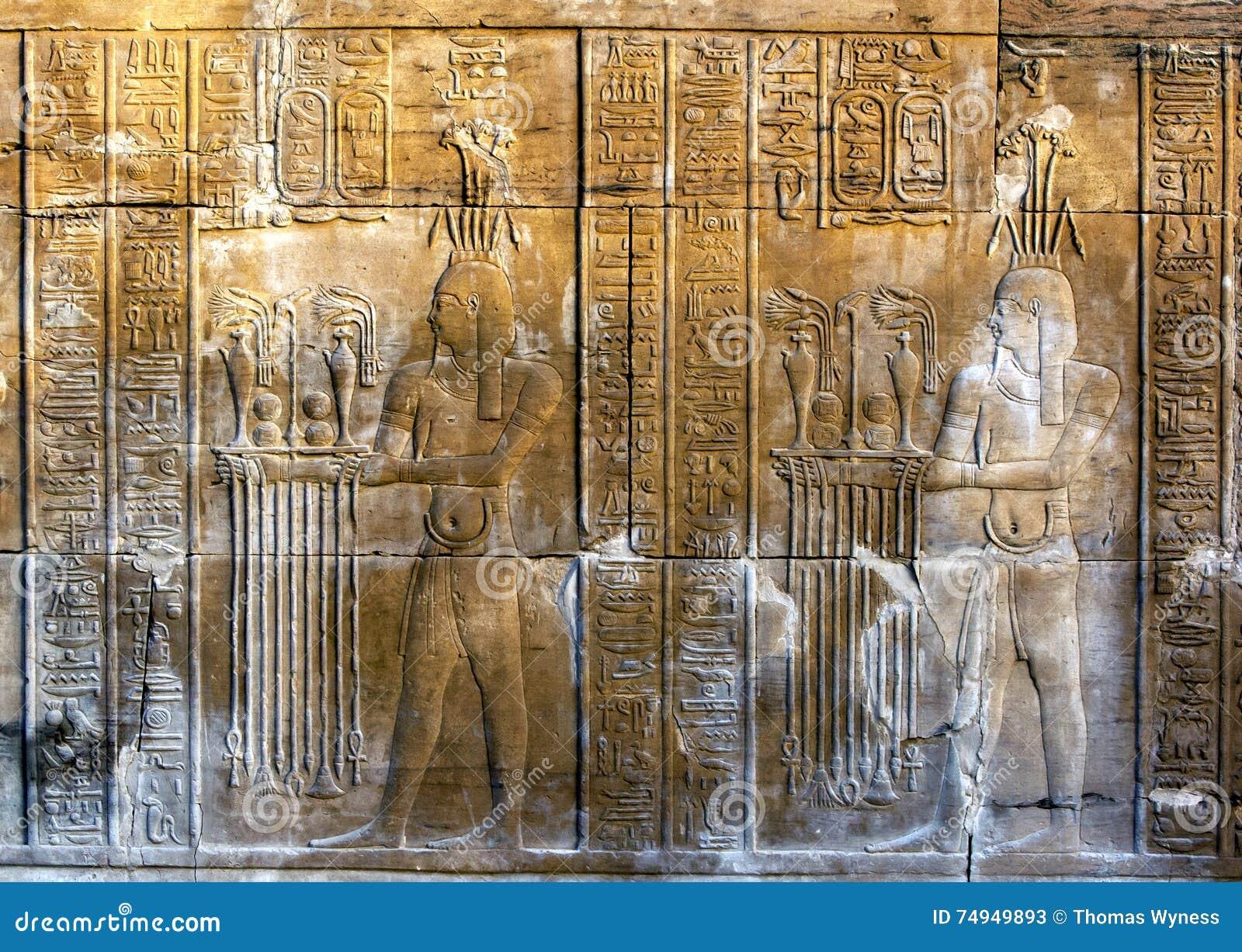 Ένας υπέροχα διακοσμημένος τοίχος που επιδεικνύει τις χαράξεις και hieroglyphs στο ναό Kom Ombo στην Αίγυπτο