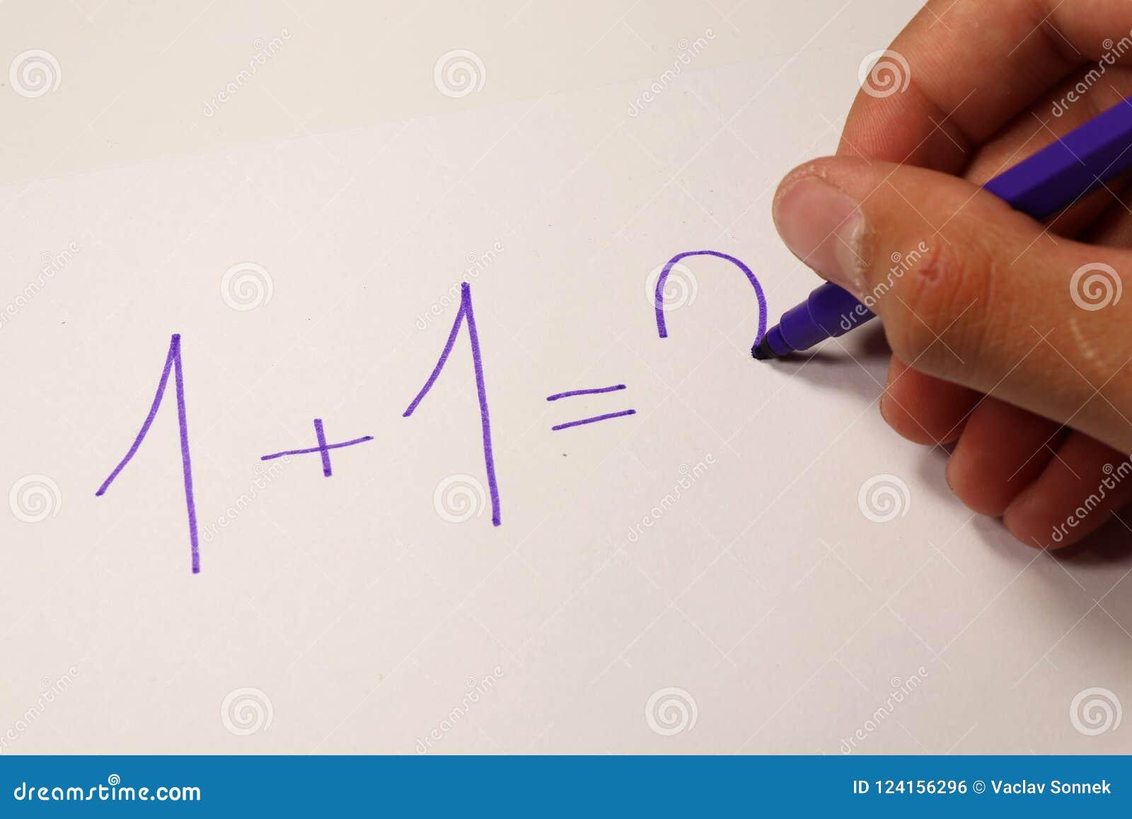Ένας υπολογισμός με τους αριθμούς στο μάθημα math πίσω σχολείο αγοριών στοιχειώδες exellent σχολείο διαδικασίας εκμάθησης κοριτσι