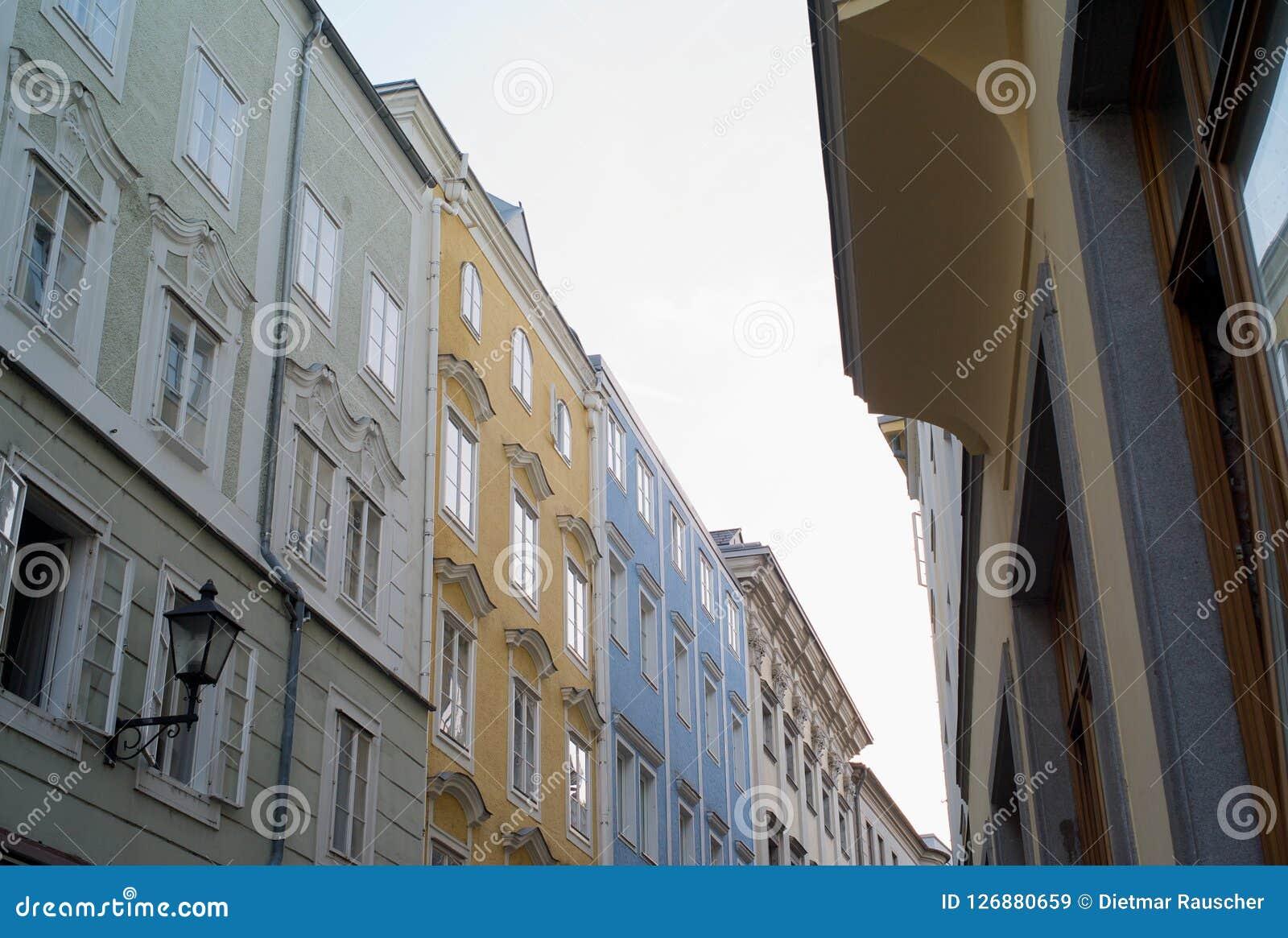 Ένας υπόλοιπος κόσμος των σπιτιών στην παλαιά πόλη του Λιντς, Αυστρία