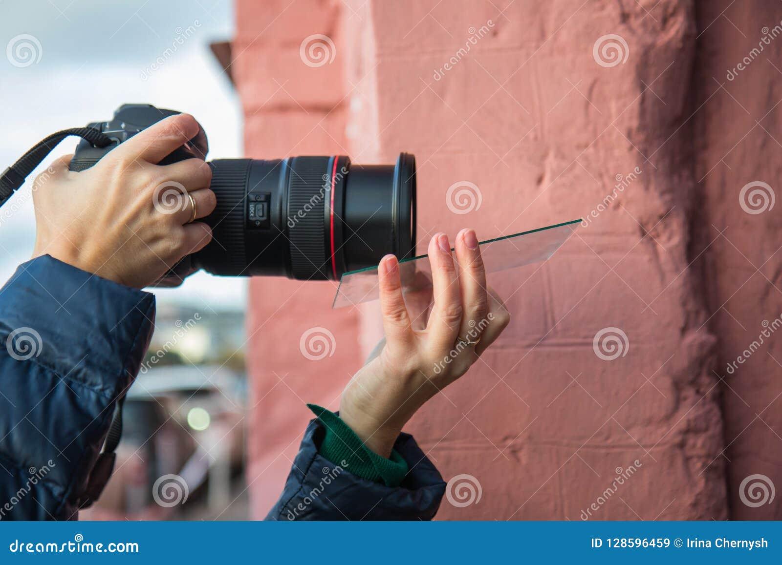 Ένας φωτογράφος που χρησιμοποιεί τις πρόσθετες συσκευές για να πάρει τα αποτελέσματα σε μια φωτογραφία