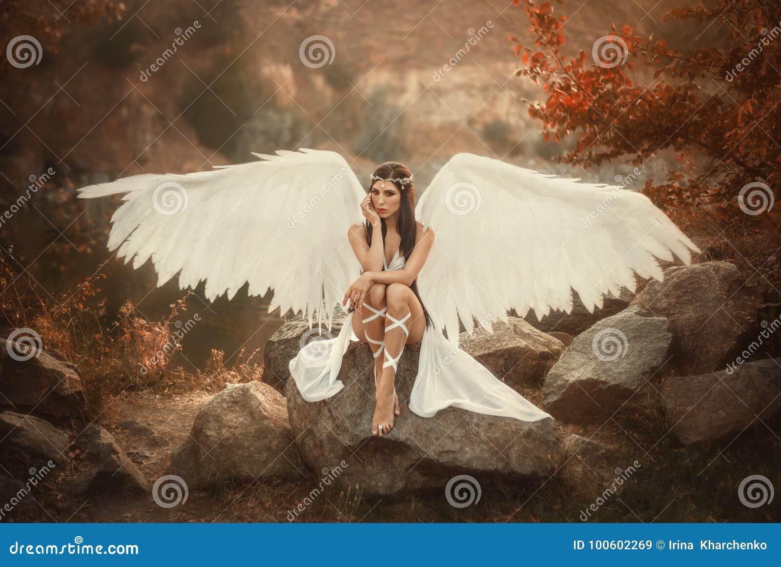 Ένας όμορφος λευκός αρχάγγελος
