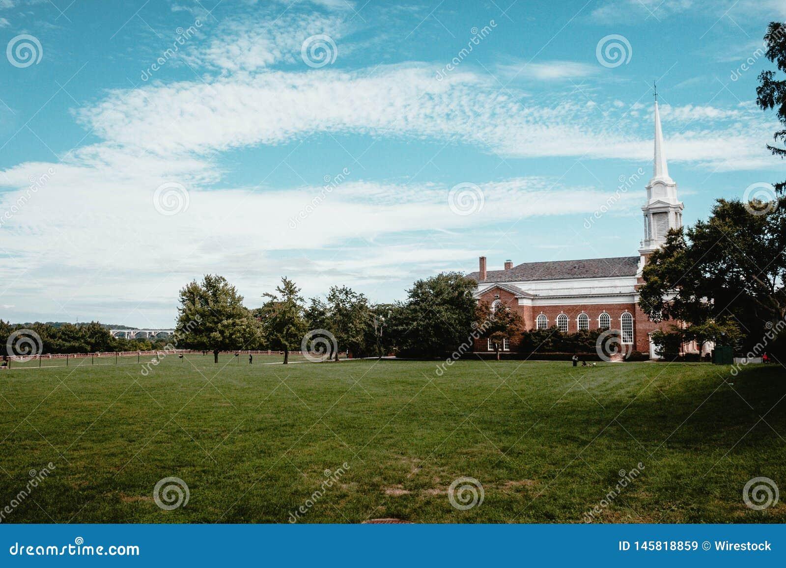 Ένας όμορφος πυροβολισμός μιας εκκλησίας σε έναν πράσινο τομέα