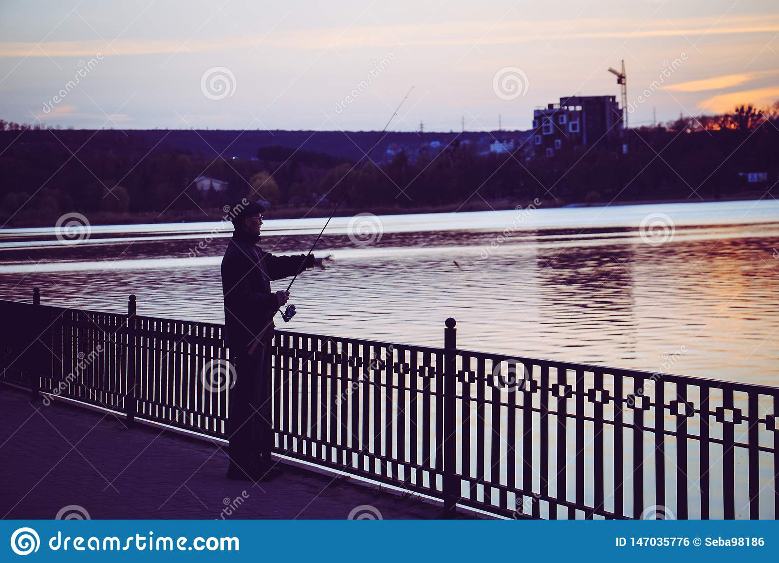 Ένα άτομο αλιεύει για το βράδυ στη λίμνη