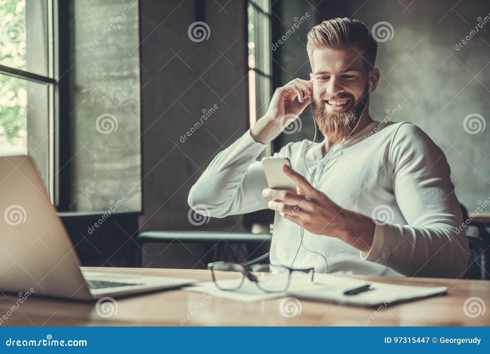 Ένα άτομο εργαζόμενος σε ένα γραφείο