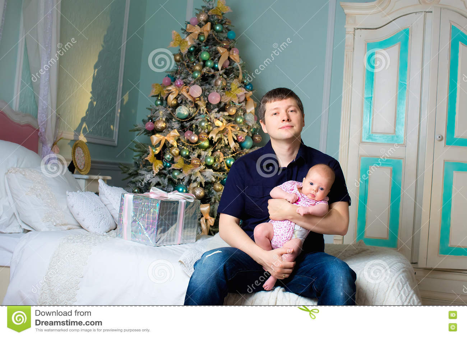 Ένα άτομο με μια μικρή κόρη σε ετοιμότητα δωμάτιο στοιχείων σχεδίου Χριστουγέννων