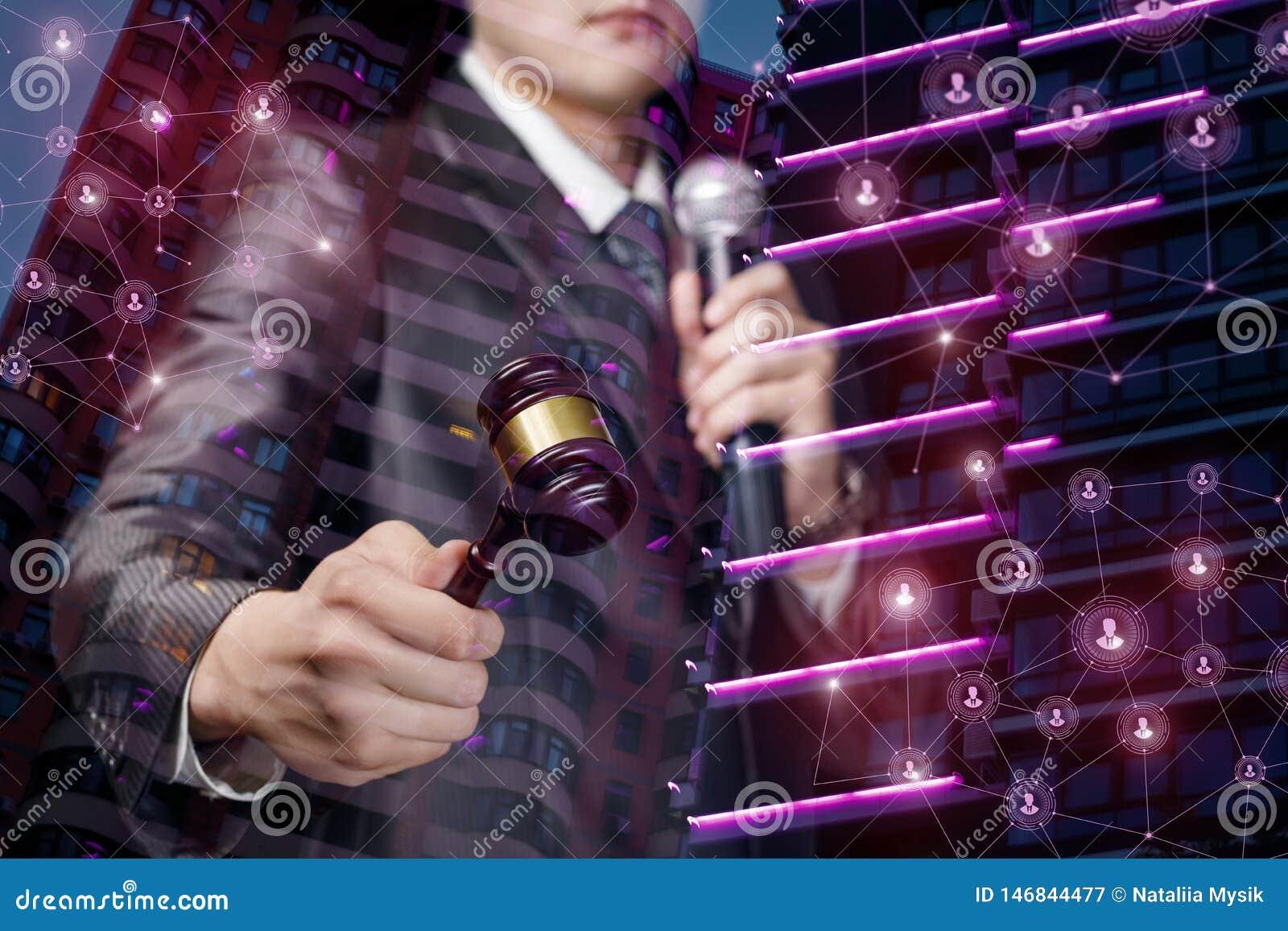 Ένα άτομο με ένα σφυρί και ένα μικρόφωνο κρατά μια δημοπρασία
