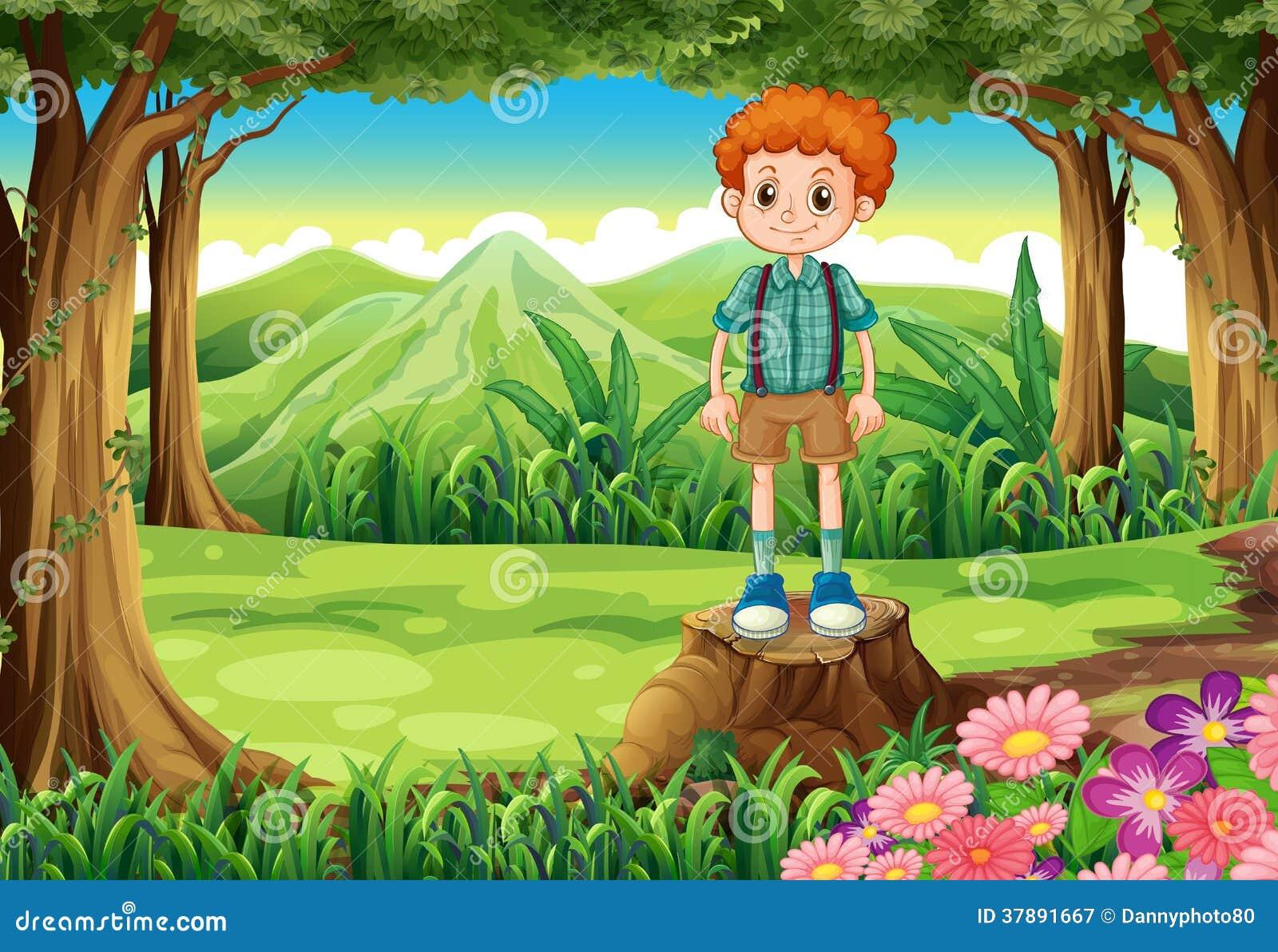Ένα αγόρι στο δάσος που στέκεται επάνω από το κολόβωμα