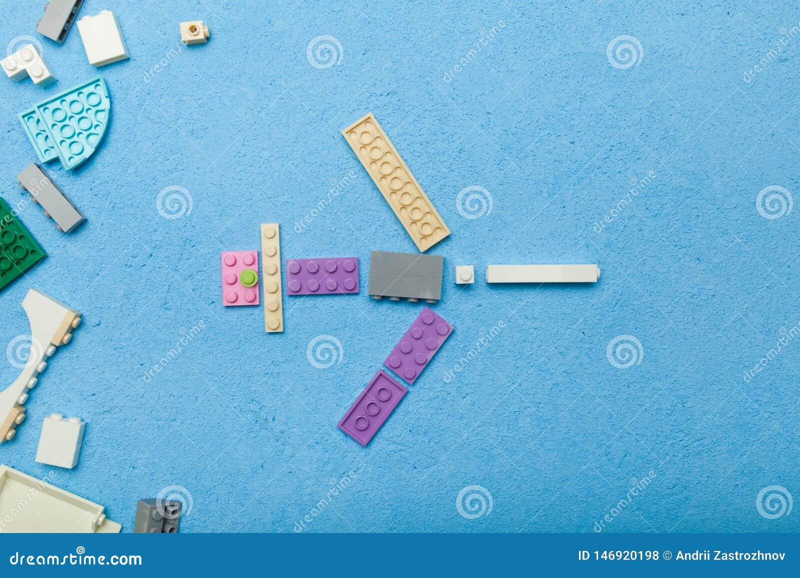 Ένα αεροπλάνο παιχνιδιών φιαγμένο από πλαστικούς κύβους