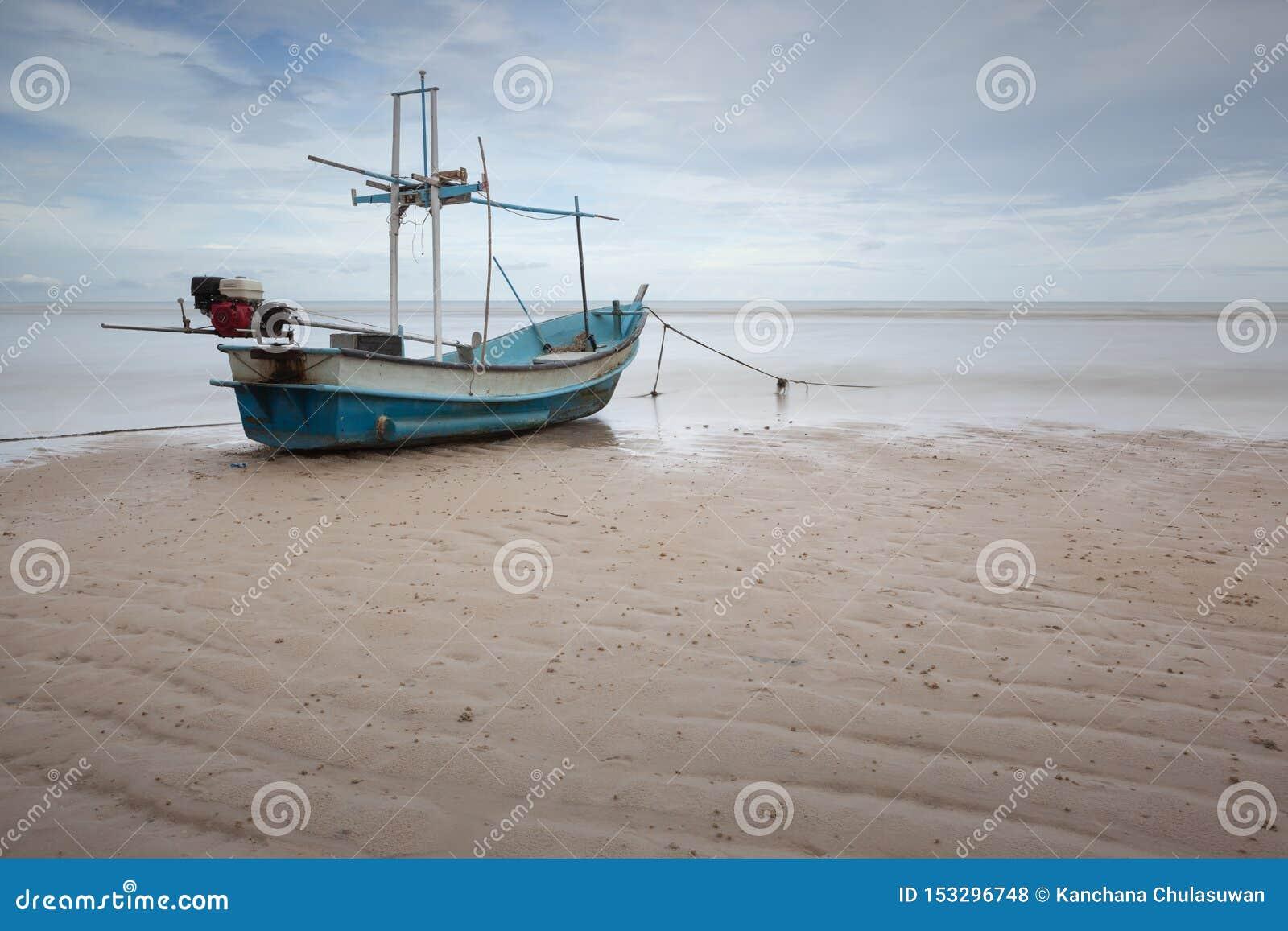 Ένα αλιευτικό σκάφος σε μια παραλία θαλασσίως