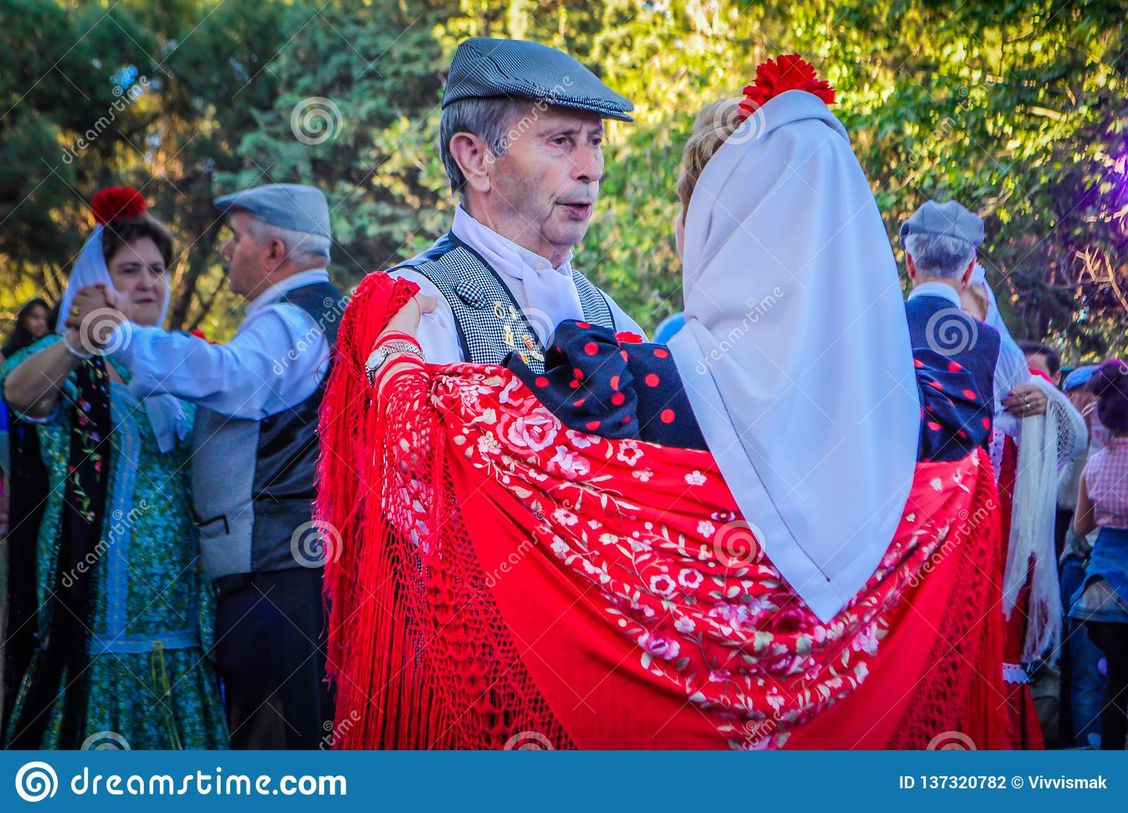 Ένα ανώτερο ζεύγος είναι χορός Chotis κατά τη διάρκεια του SAN Isidro στη Μαδρίτη, Ισπανία