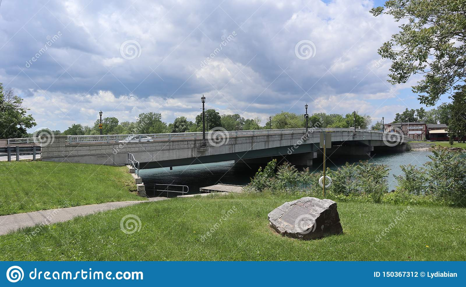 Ένα βλέμμα σε μια λίμνη με μια γέφυρα