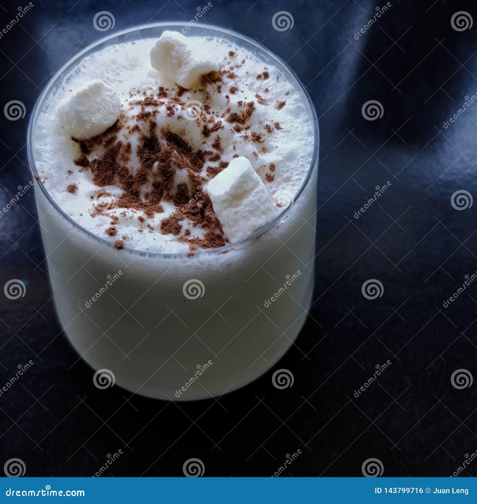 Ένα γυαλί του κουνήματος γάλακτος