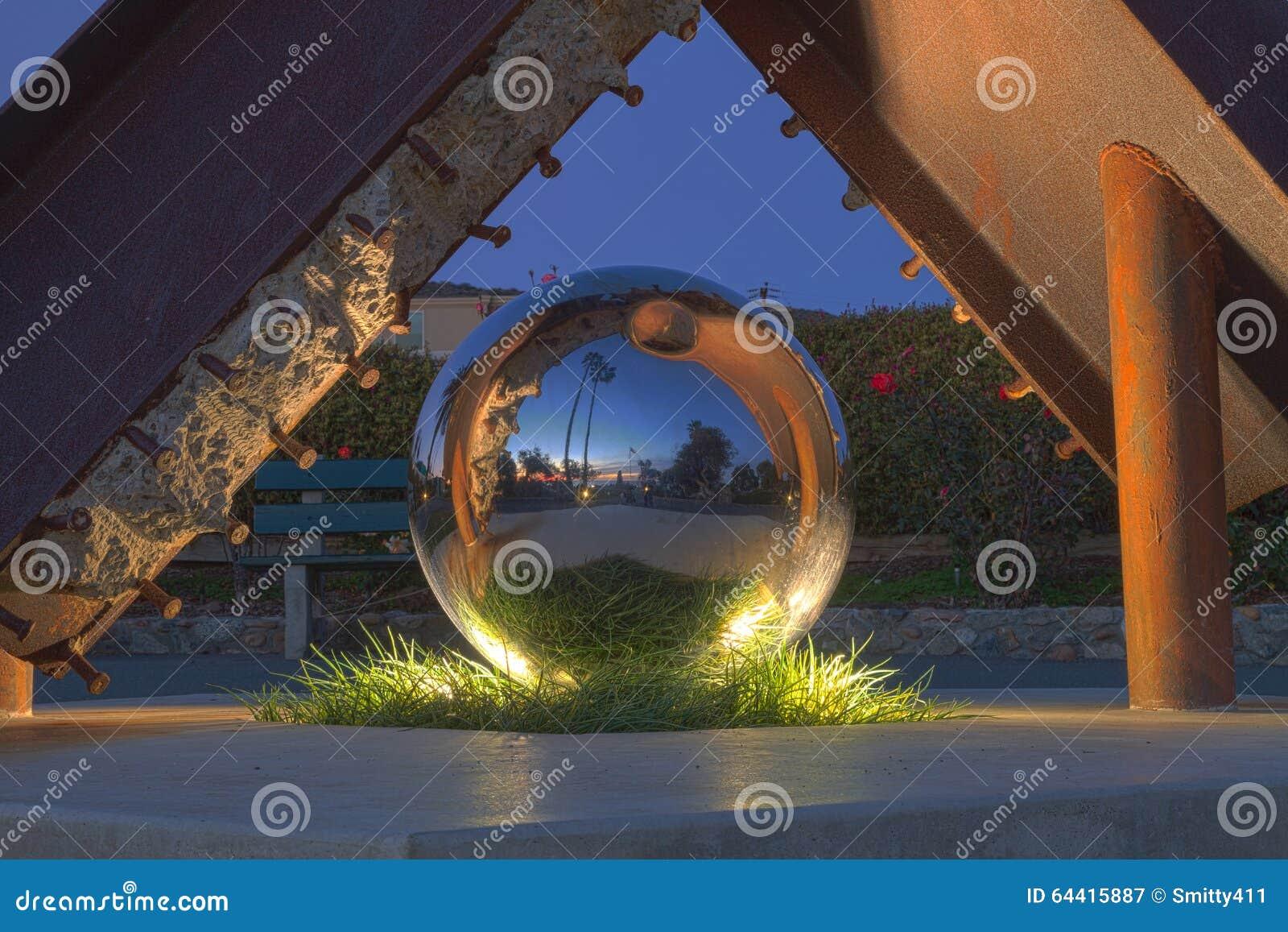 Ένα γλυπτό σφαιρών απεικόνισης στο πάρκο Heisler, Λαγκούνα Μπιτς