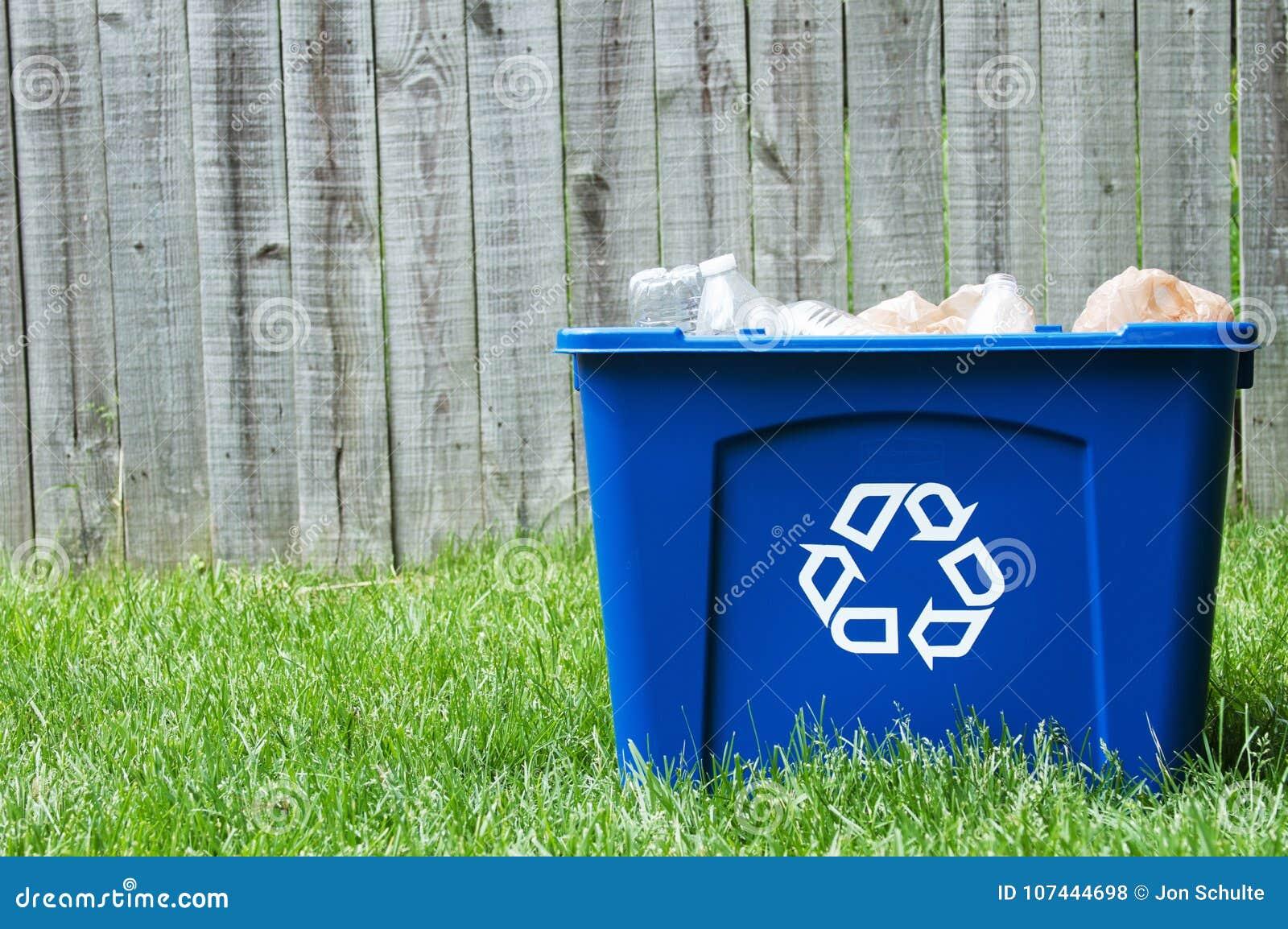Ένα δοχείο ανακύκλωσης έξω