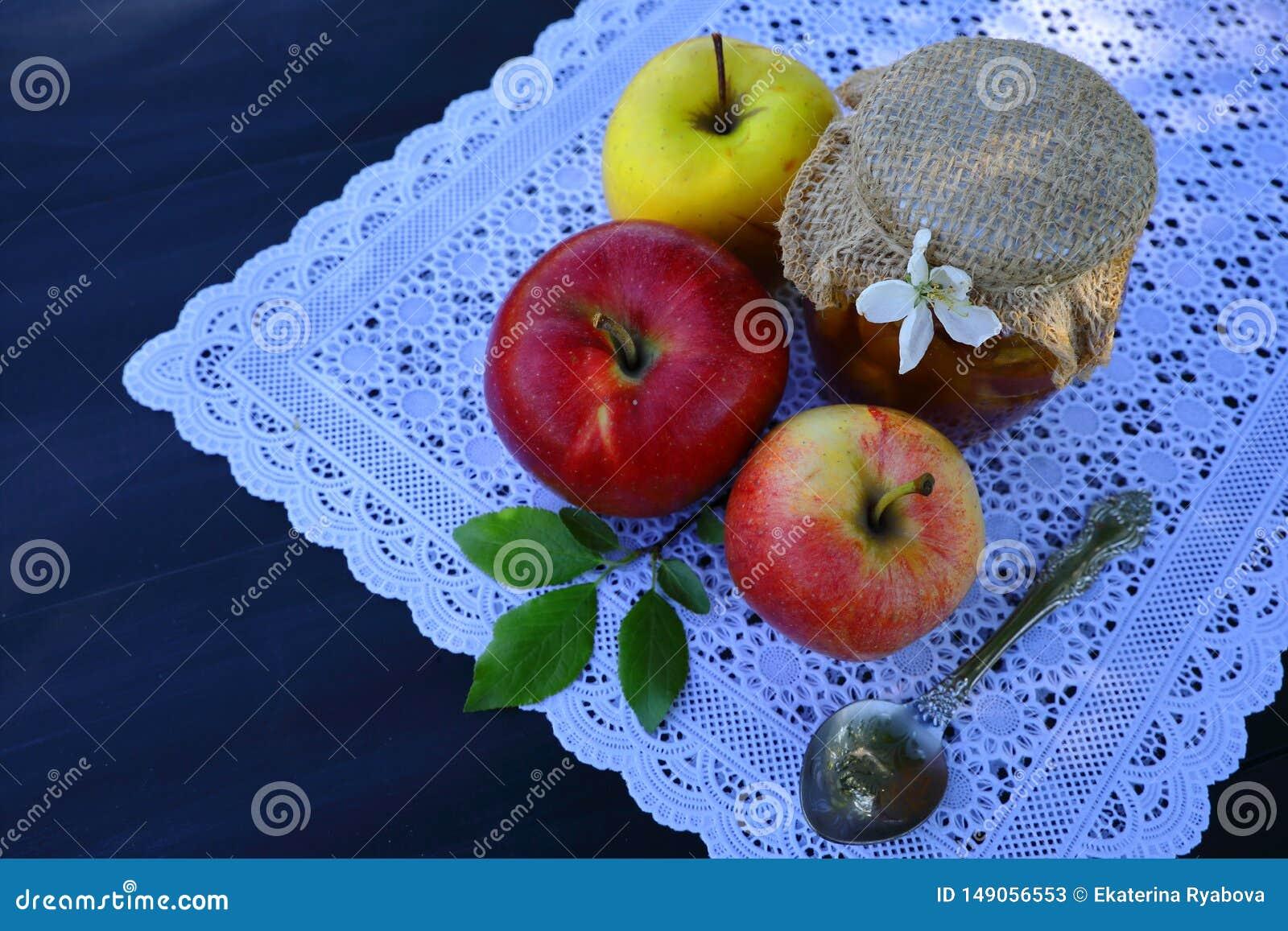 Ένα δοχείο της μαρμελάδας και των μήλων μήλων