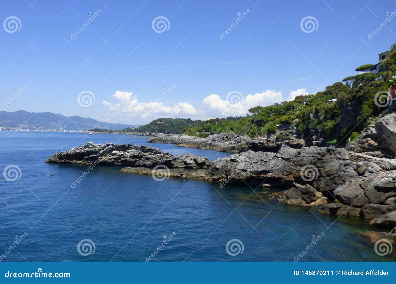 Ένα δύσκολο σημείο στη Μεσόγειο με τα βουνά και το υπόβαθρο