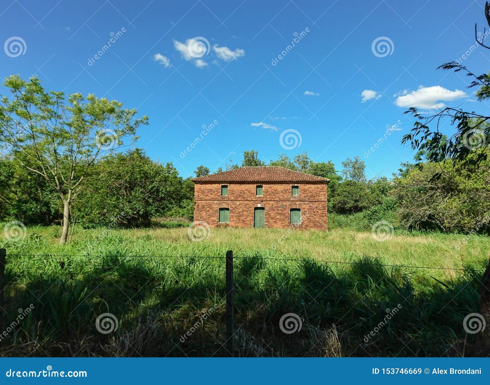 Ένα εγκαταλειμμένο σπίτι τούβλου