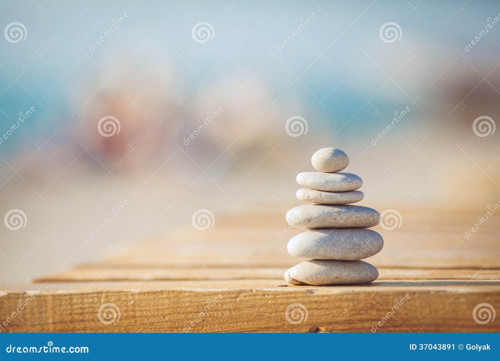 Ένα λευκό και ο Μαύρος υποβάθρου πετρών zen
