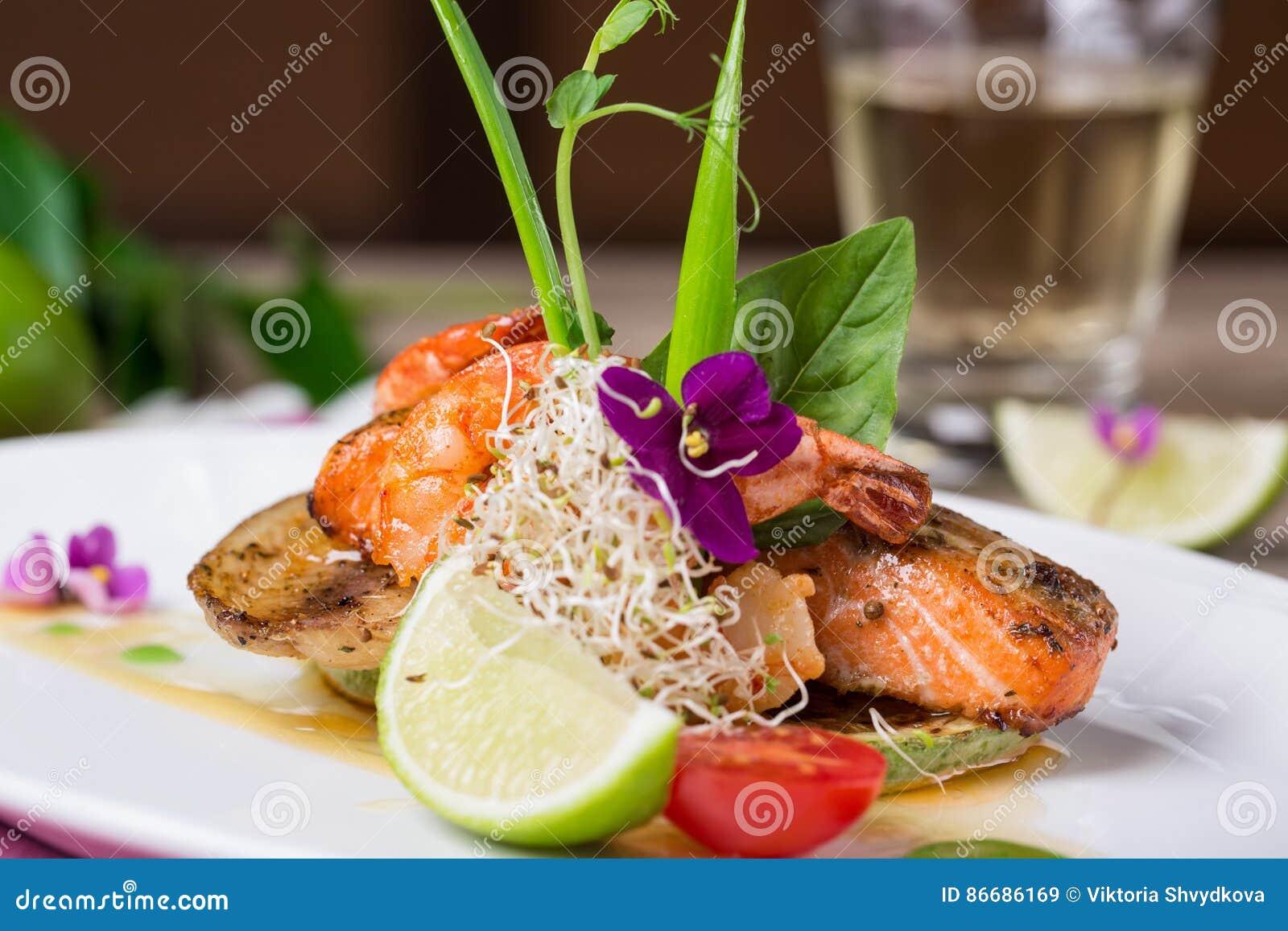 Ένα εύγευστο πιάτο του ψημένου στη σχάρα σολομού